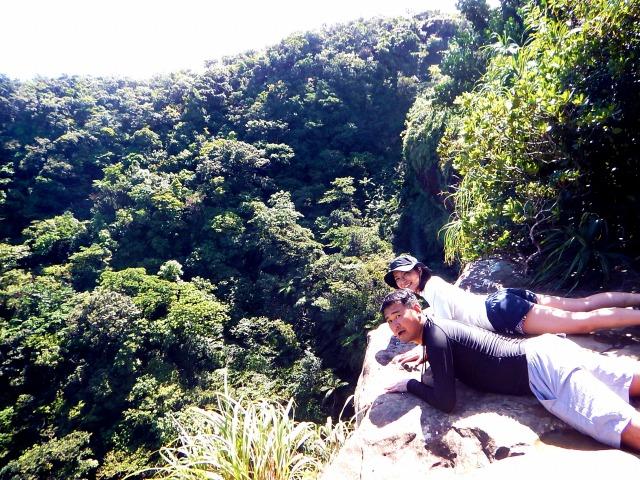 ピナイサーラの滝 滝上 覗き込む